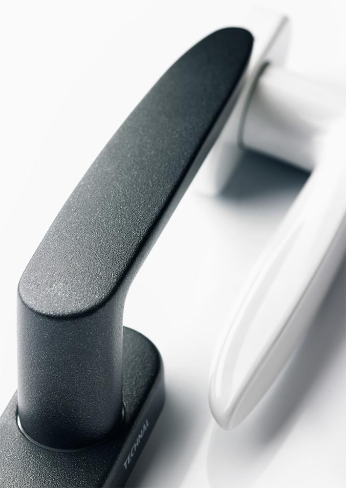 Poign e de porte en aluminium technal for Poignee de fenetre securite