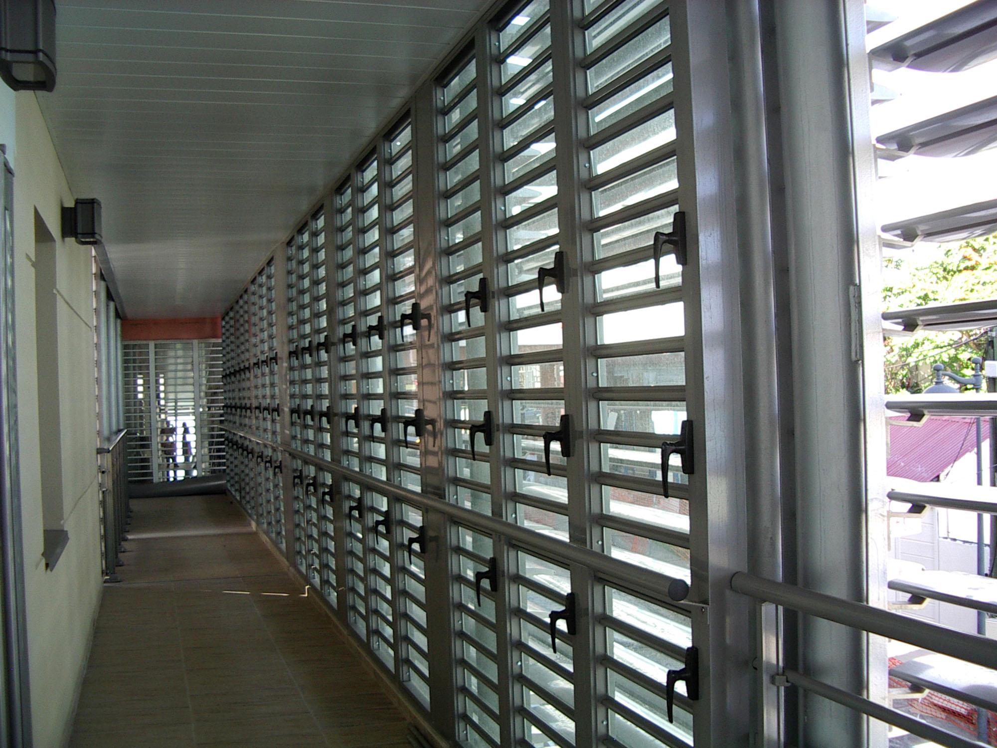 Jx jalousie mixte lames orientables verre et aluminium for Fenetre jalousie verre